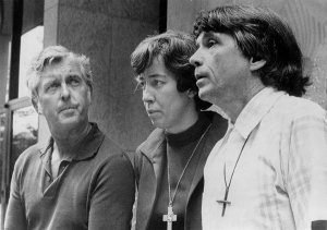 Jerry Berrigan, left, and his brother the Rev. Daniel Berrigan with Sister Elizabeth McAlister in 1972. (Credit: UPI)
